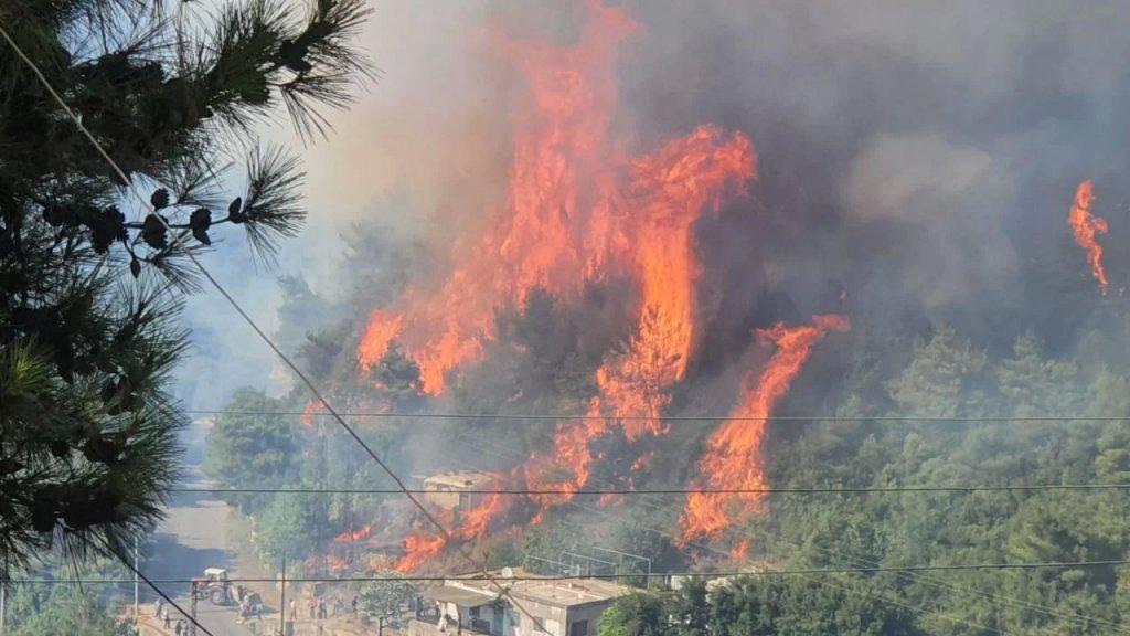 حريق القبيات يتوسع وإجلاء 17 شخصاً أصيبوا بالإختناق في منازلهم