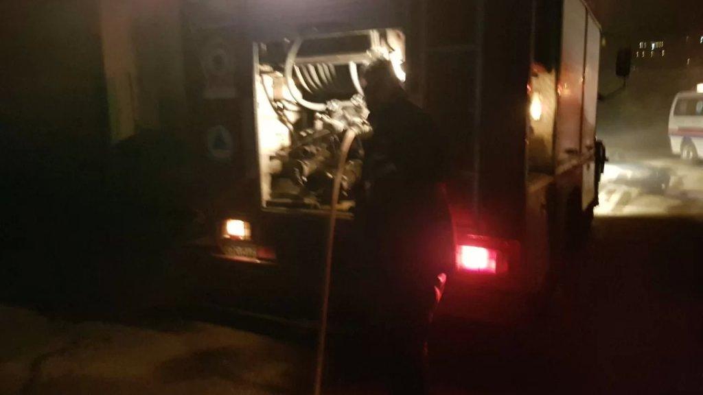 العشرات من متطوعي الدفاع المدني والمسعفين في الصليب الأحمر انطلقوا للمساهمة في محاصرة الحريق في منطقة الرويمة