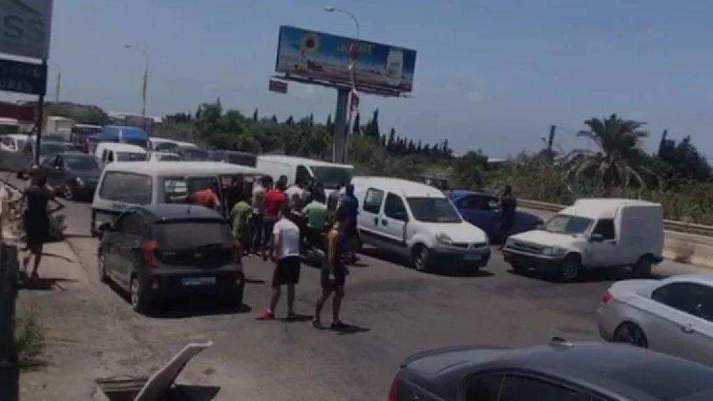 قطع السير تحت جسر الغازية باتجاه بيروت احتجاجاً على انقطاع الكهرباء وعدم توفر مادة المازوت