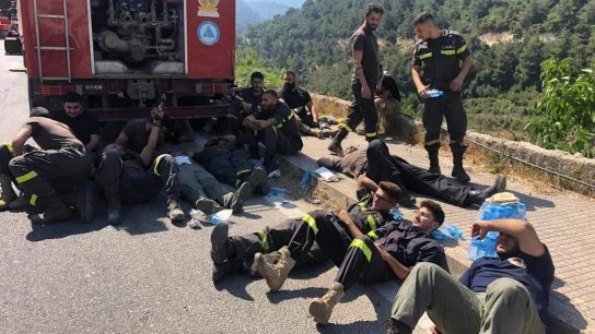 """""""استراحة محارب""""..صورة لعناصر الدفاع المدني، الذين يعملون على اطفاء الحرائق في القبيات وعكار والهرمل، اثناء استراحتهم تنتشر عبر مواقع التواصل"""