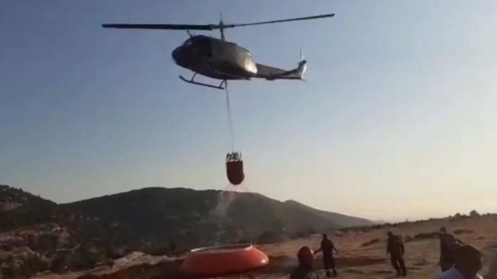بالصور/ طوافتان تابعتان للجيش اللبناني باشرتا طلعاتهما لاهماد النار شمالاً، بعد أن تم تركيب بركة مياه في أحد الحقول القريبة من موقع الحريق.