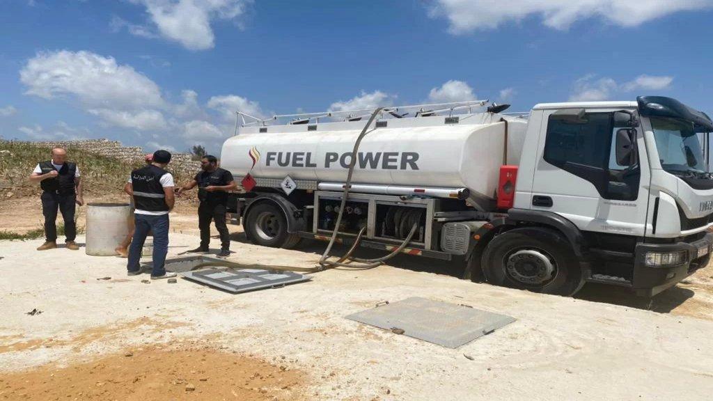 بالصور/ أمن الدولة: ضبط كمية كبيرة من مادة المازوت تقدر بحوالي 43 ألف ليتر مخزنة في بلدة معروب قضاء صور وحوالي 3000 ليتر من مادة البنزين