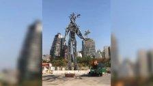 """""""مارد من رماد"""" ينتصب في قلب المرفأ.. تمثال حديدي بوزن 30 طن من بقايا عنابر المرفأ المدمرة"""