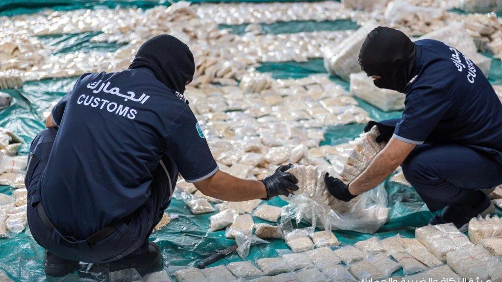 بالصور/ إحباط محاولة تهريب أكثر من 8 ملايين حبة كبتاغون مخدرة مخبأة بحرفية داخل أكياس حبوب الكاكاو في السعودية