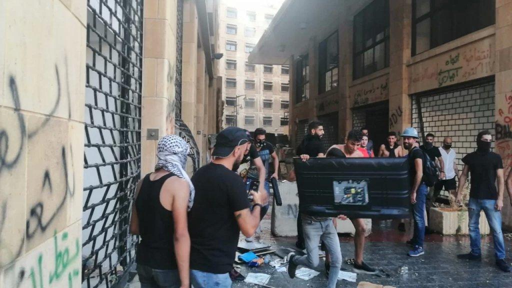 قوى الأمن تنشر صورًا تظهر الإستيلاء على بعض الأعتدة خلال اقتحام مبنى وزارة الإقتصاد من إحدى نوافذه