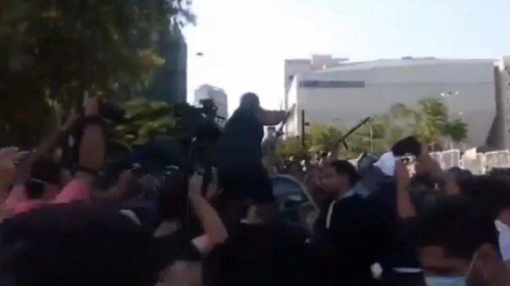 بالفيديو/ محتجون يحاولون إزالة العوائق من أمام مبنى الامن العام
