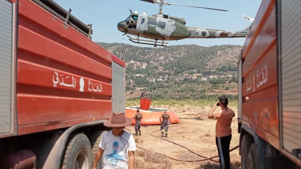 طوافة عسكرية تحاول إخماد النيران في وادي جهنم