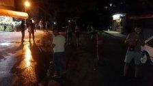 عدد من أهالي الفيلات قطعوا الطريق في المكان احتجاجا على انقطاع الكهرباء وتوقف المولدات