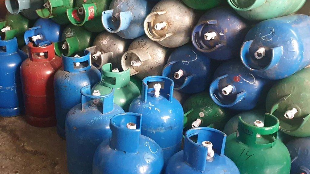 مصادرة كمبية كبيرة من قوارير الغاز من داخل محل للغاز في قريطم لكونها مصدر خطر