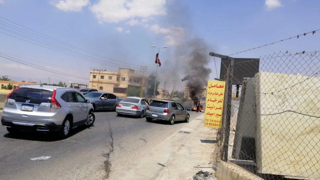 محتجون وسائقو الفانات قطعوا طريق رياق- بعلبك الدولية في محلة طليا على أحد مسلكيه بالإطارات المشتعلة احتجاجا على فقدان المازوت