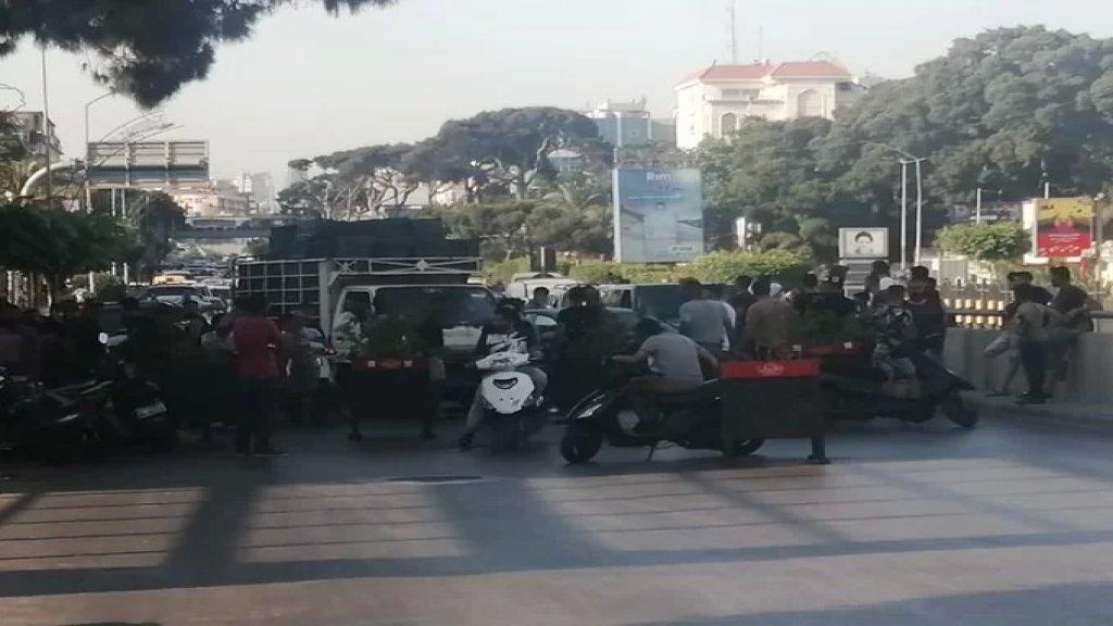 محتجون على الاوضاع أقفلوا طريقي المطار القديمة والرحاب
