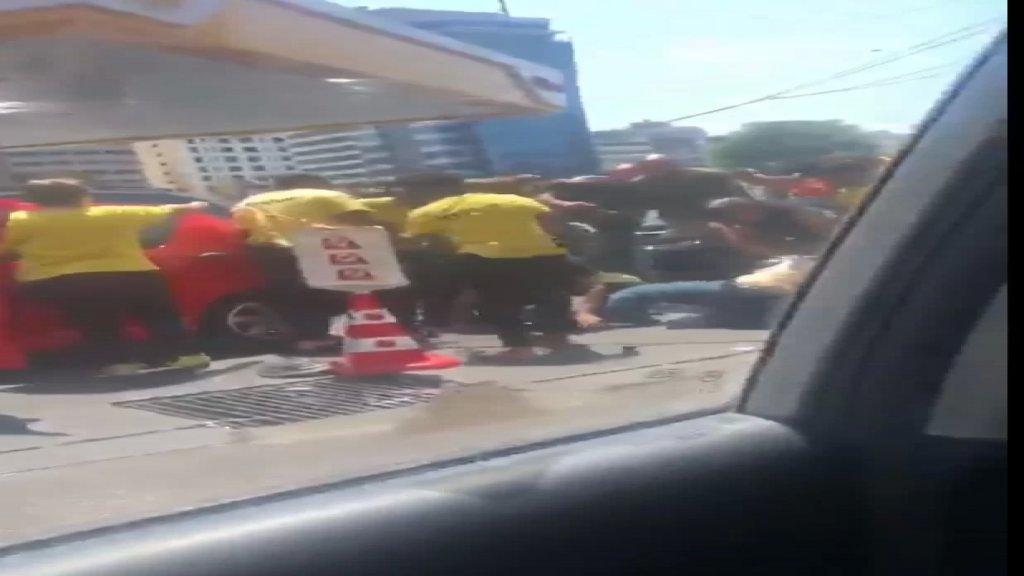 """فيديو متداول أمام إحدى محطات """"كورال""""... إشكال وإعتداء على مواطنين!"""