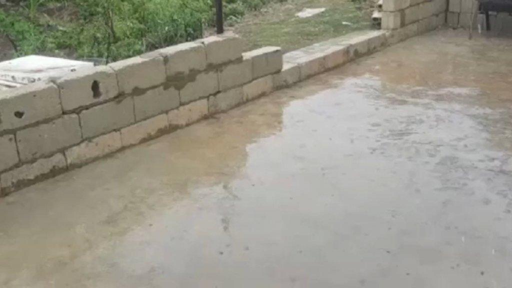 بالفيديو/ أمطار في عزّ آب في منطقة فنيدق والقموعة !