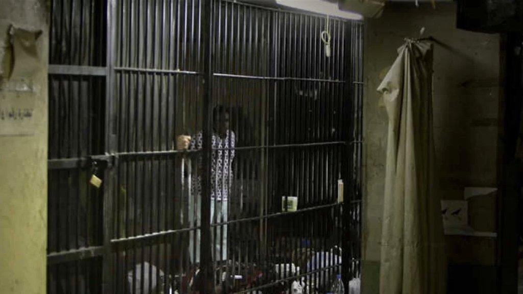 موقوفون بلا طعام.. تقرير يكشف: الأزمة اللبنانية تطال السجون!