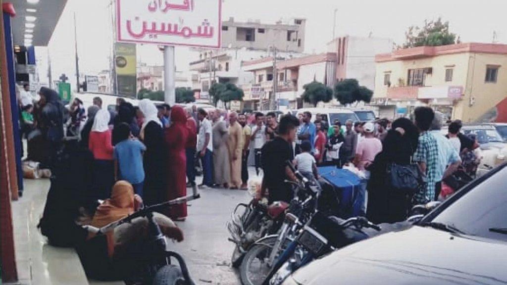 """الأزمة تشتد... واللبنانيون من جديد بالطوابير أمام الأفران خوفاً من فقدان """"لقمة الخبز""""!"""