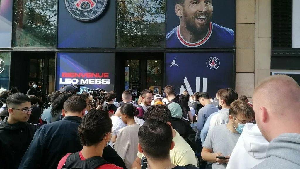 بالفيديو/ طابور من نوع آخر في باريس: لشراء قميص ميسي من متجر نادي باريس سان جرمان