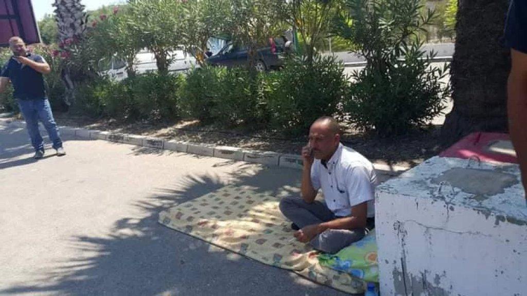 بالصورة/ مختار بلدة البيسارية يفترش الأرض ويعتصم امام معمل الزهراني