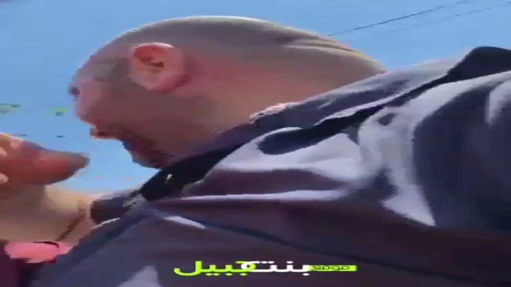فيديو يظهر لحظة الإعتداء على مدير موقع بنت جبيل الإلكتروني بالسكين الزميل حسن بيضون في سوق بنت جبيل بينما كان يصور في بث مباشر عبر جواله