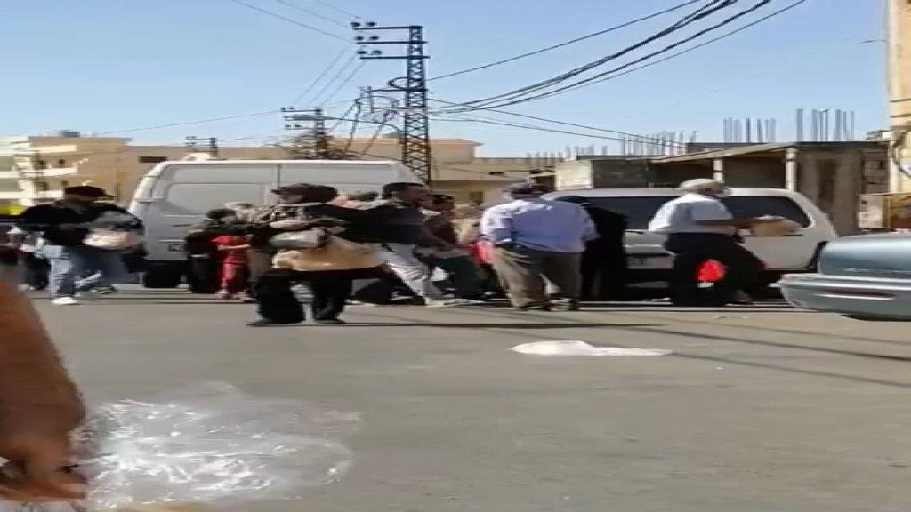 """بالفيديو/ في بنت جبيل.. الناس تتهافت على شاحنة توزيع الخبز ولم يحصل الكثير منهم على """"ربطة"""" بسبب الكمية المحدود!"""