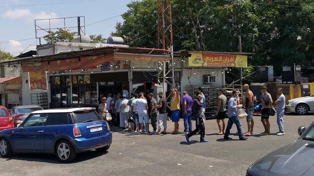 مواطنون يصطفون في طوابير أمام افران صيدا