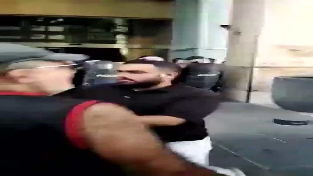 بالفيديو/  محتجون حاولوا اقتحام مبنى منزل ميقاتي