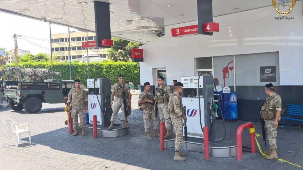 بالصور/ الجيش يوزّع البنزين على السيارات أمام محطة وقود
