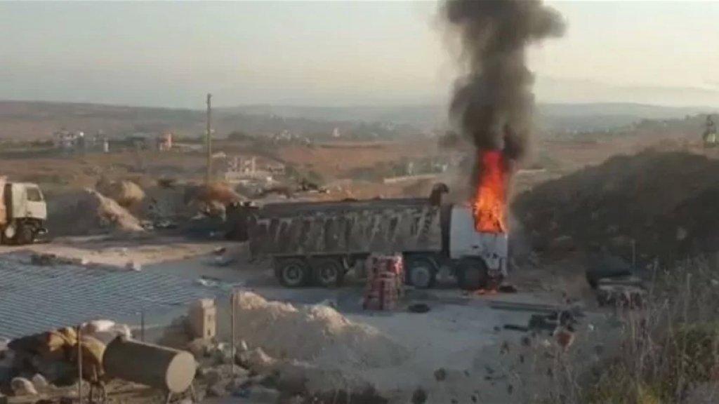 بالفيديو/ عدد من الأهالي أحرقوا شاحنة قرب منزل صاحب المستودع الذي انفجر في التليل - عكار