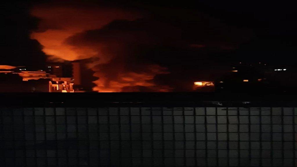 بالفيديو/  فوج إطفاء بيروت يعمل على إهماد حريق في كهرباء قصقص