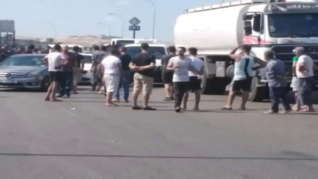 محتجون قطعوا الطريق بالشاحنات عند محطة توتال العدوسية الزهراني بسبب رفض المحطة بيع البنزين