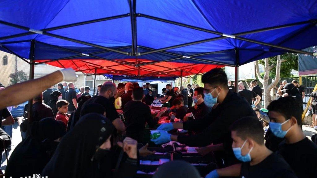 بالفيديو/ شُبّان في بنت جبيل يقيمون وليمة ويوزعون الطعام على حُبّ أهل البيت (ع) في العاشر من محرَّم