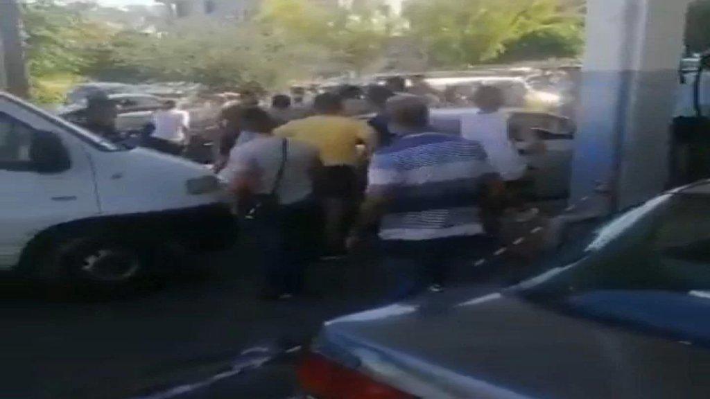 بالفيديو/ أحد اصحاب المحطات في الناعمة تعرض لطعنة سكين خلال إشكال على محطته