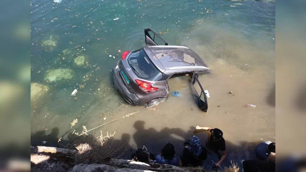 سقوط سيارة في بركة البياضة في بعلبك وشبان أنقذوا الفتاتين اللتين كانتا داخلها
