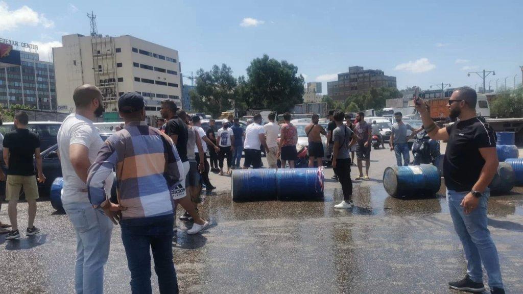 """قطع الطريق البحرية عند الدورة بعدما توقفت محطة """"ميدكو"""" من تعبئة البنزين للمواطنين"""
