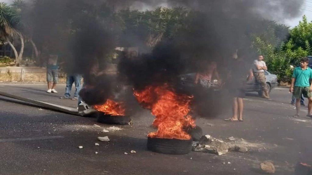 """محتجون قطعوا اوتوستراد النجارية بإتجاه بيروت بالقرب من محطة """"توتال"""" احتجاجاً على نفاد مادة البنزين"""