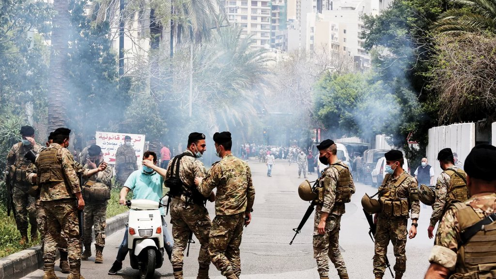 السفارة البريطانية في بيروت تسحب عدداً من موظفيها بسبب أزمة نقص المحروقات والسلع الأساسية وتتوقع أنّ يتكرر العنف بين قوات الأمن والمتظاهرين