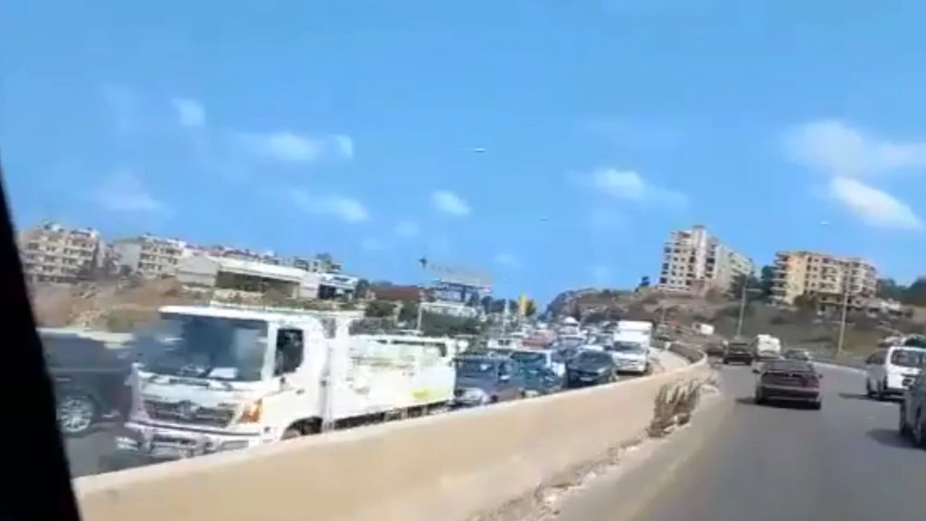 بالفيديو/ زحمة سير خانقة على أوتوستراد الجية بإتجاه صيدا بسبب توافد السيارات لتعبئة الوقود على إحدى محطات البنزين