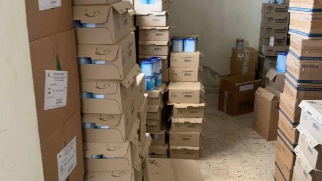 ضبط كميات كبيرة من الأدوية وعبوات حليب الأطفال حديثي الولادة المفقودة من الصيدليات في مستودع في منطقة تعنايل في البقاع الأوسط