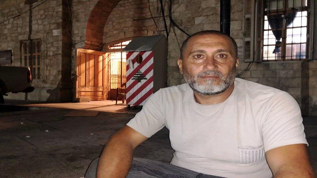 مواطن أضرب عن الطعام أمام سرايا صور لعدم حصوله على إخراج قيد