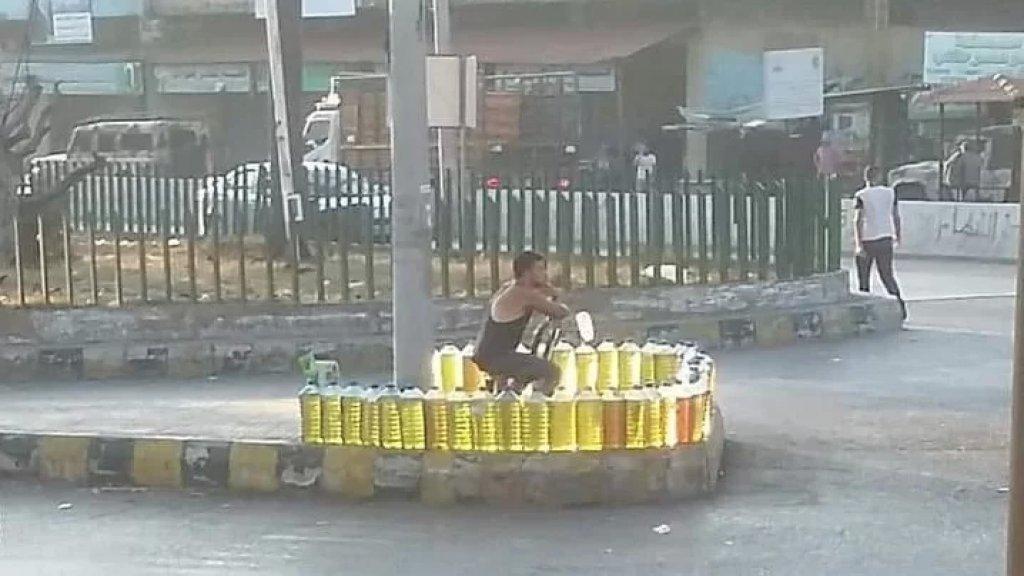 """""""بيّاع الغالونات"""".. صورة متداولة من دوار العبدة في عكار!"""