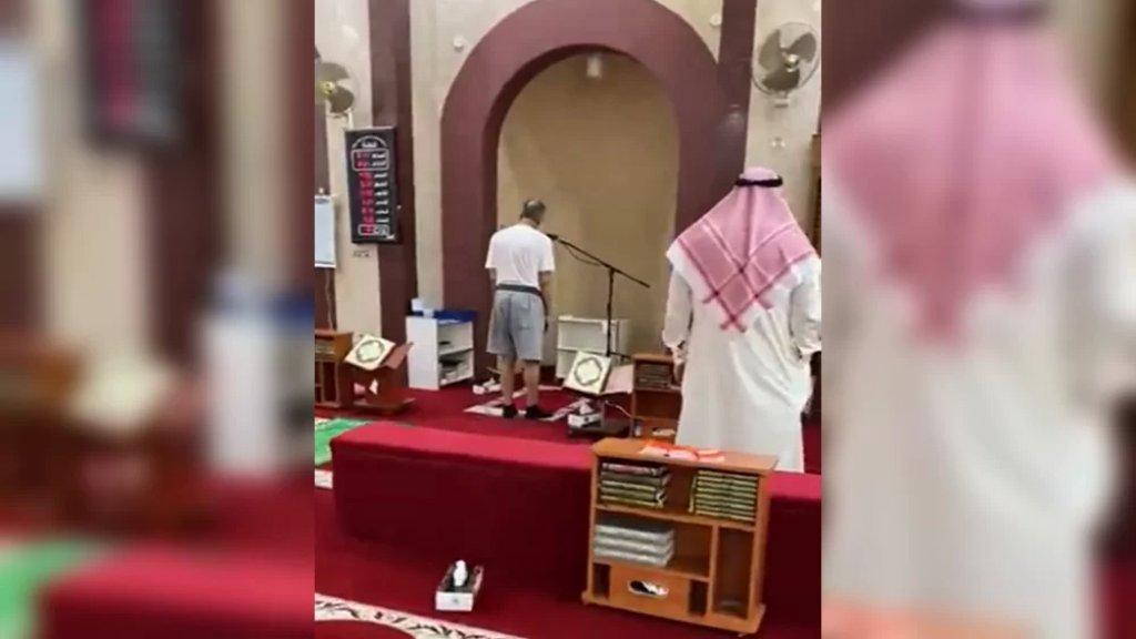 """بالفيديو/ إحالة مؤذن للتحقيق في الكويت بعدما رفع الأذان وهو يرتدي """"الشورت""""!"""
