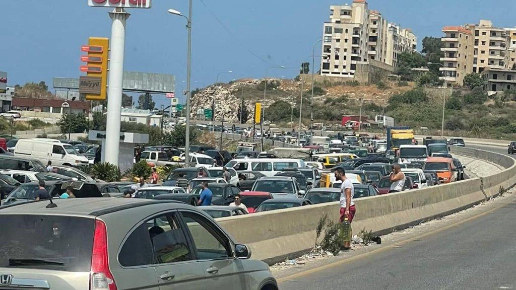 بالصور/ السير متوقف من بيروت باتجاه الجنوب في محلة الجية بسبب الفوضى الكبيرة على محطة كورال