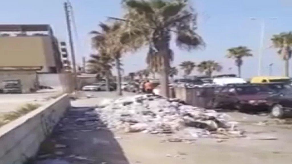 بالفيديو/ النفايات مكدّسة على الطريق البحرية في صيدا والسبب.. طوابير السيارات أمام المحطة!