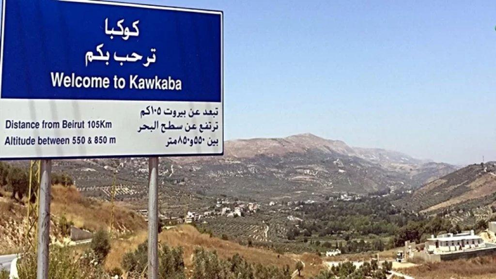 النازحون يغادرون منازلهم في كوكبا بعد إشكال وقع فجراً بين سوريين وشبان من البلدة تطور إلى تضارب بالآلات الحادة والسكاكين والعصي أدى إلى إصابة شابين لبنانيين بجروح بليغة (الوكالة الوطنية)