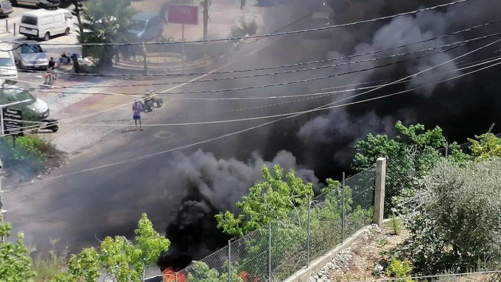 بعد الإشكال الذي وقع منذ يومين.. شبان من بلدة عنقون يقطعون الطريق العام التي تربط بلدتهم بمغدوشة ويقومون بحرق عدد من الاشجار