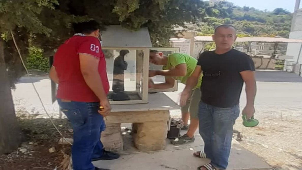 شبان من بلدة عنقون بادروا الى اصلاح الاضرار والزجاج الذي لحق بأحد المزارات في بلدة مغدوشة