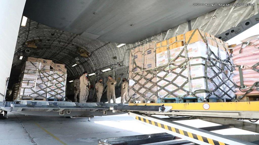 بالصور/ الجيش اللبناني تسلم في مطار بيروت 70 طناً من المواد الغذائية المقدّمة هبة من أمير قطر
