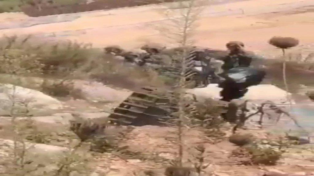 """بالفيديو/ قوات الاحتلال تستعين بـ """"روبوت"""" لفحص """"الكيس الأسود"""" قرب الخط الازرق جنوب العديسة ... لكنه """"انقلب""""!"""