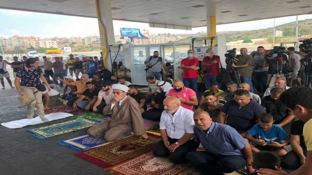 الشيخ علي الحسين يؤم صلاة الجمعة داخل محطة كورال في الجية إعتراضاً على إنقطاع المحروقات وازدياد معاناة الناس أمام المحطات
