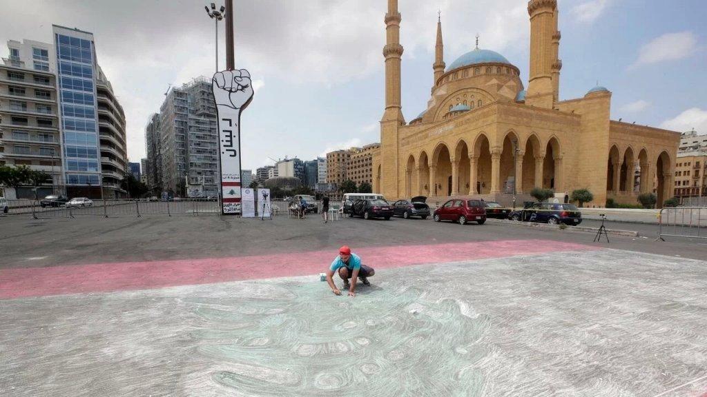 """أكبر رسم للعلم اللبناني بالطبشور يدخل رسميا موسوعة غينيس للأرقام القياسية مع """"جيوفاني باسيل"""" الذي يعتبر اول رسام لبناني يدخل الموسوعة"""