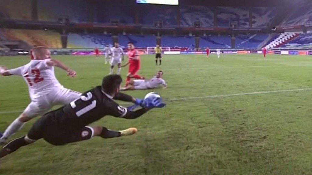 الاتحاد الآسيوي ينشر فيديو لإحدى تصدّيات حارس مرمى منتخب لبنان خلال المباراة مع كوريا الجنوبية: «رجُل أم آلة؟»